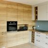 Кухня с фасадами покрытыми шпоном